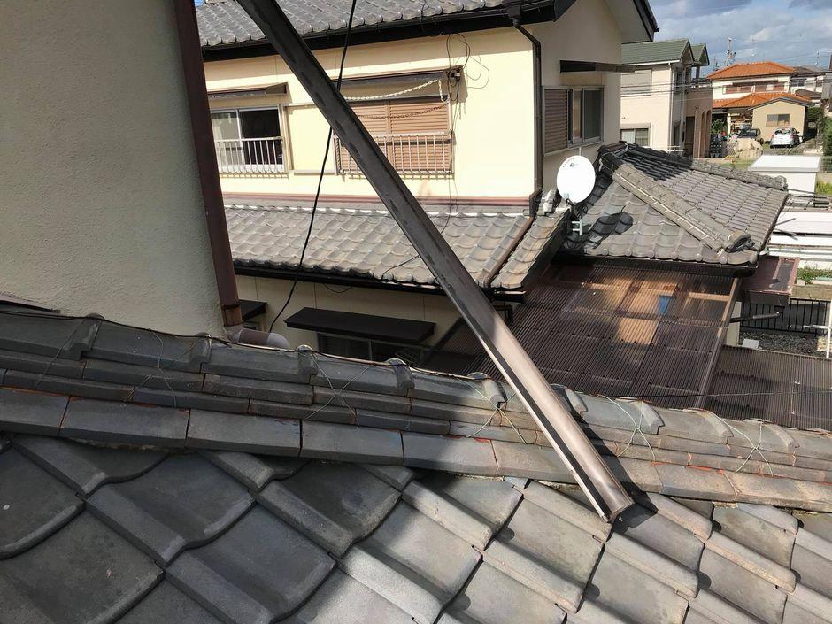 雪の重量に耐え切れず1階の屋根に落ちた雨樋